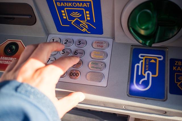 Jak się wypłaca pieniądze z bankomatu?