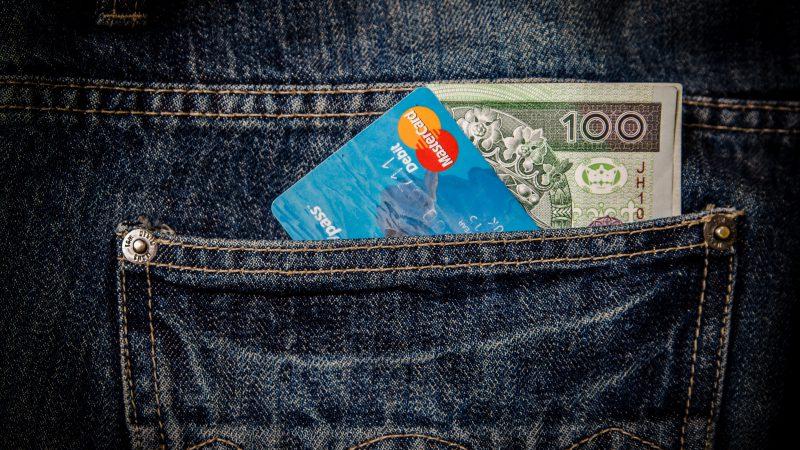 Dlaczego warto płacić za zakupy kartą, a nie gotówką?